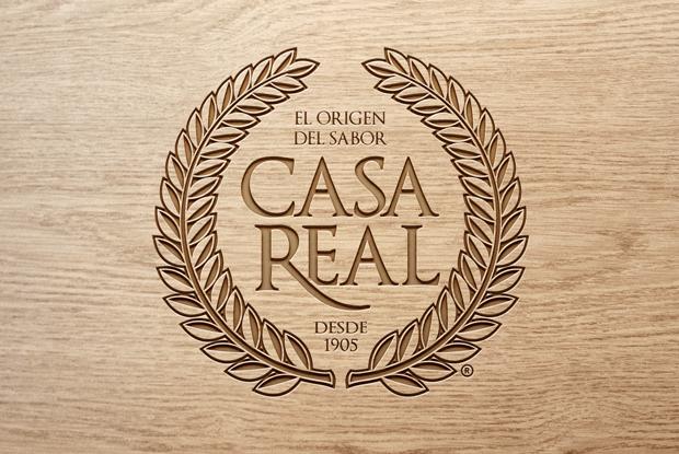 Logo Casa Real sobre madera